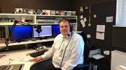 Der President André Heling im Studio von Radio Mittelweser.